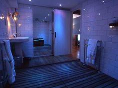 Bathroom ambience lighting with the Phillips Hue System Phillips Hue Lighting, Home Tech, Soho House, Cool Rooms, Luxurious Bedrooms, Home Decor Furniture, House Rooms, House Design, Screenprinting