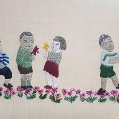 秋の日に遊ぶ子どもたち 🍂 🍂 はるか昔に額に仕立てた作品です。あたたかそうなセーターをステッチで表現するのが楽しかった作品➰🎶 #刺繍 #embroidery  #handmade