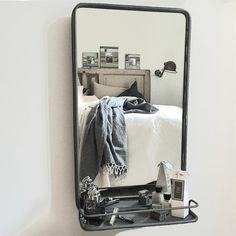 Väggspegel  - metallspegel i grå metall med hylla. Antikgrå spegel med tunn kant i metall från PB Home. .Enkel stilren spegel  i retrostil och industristil
