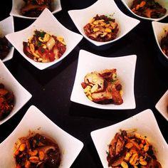 Picata de Mignon com Shitake e Amendoim, servida no bowl quadrado, em porcelana refratária JO Decor, DELICIA, não? Quem gostou curte!! J  Essa é mais uma das delicias feitas pelo nosso grande cliente e renomado Chef Elias, da Chamie Gastronomia.  Clique aqui (http://jdecor.com.br/produtos/bowl-retangular-estilo-colher.html) e compre o seu agora mesmo! Entregamos em todo o Brasil – Vendas no atacado e varejo!