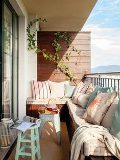 Small terrace with sofa, stools and wood paneling Terraz … - All About Balcony Small Balcony Decor, Small Terrace, Balcony Decoration, Banquette Design, Balkon Design, Apartment Balconies, House With Porch, Small Backyard Landscaping, Small Room Bedroom