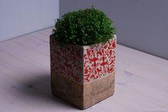 Duża gliniana donica wykończona kremowym szkliwem oraz ozdobiona ornamentem kwiatowym. Udekoruje parapet, taras czy ogród. Pięknie podkreśli zieleń Twoich roślin i kwiatów.