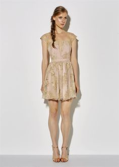 Vestido curto com manguinha e saia franzida