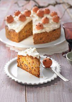 Ein köstlicher Kuchen mit Kürbis, Rosinen und einer Frischkäsecreme für die Kaffeetafel