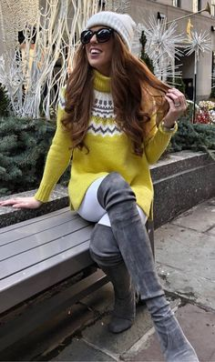 winter outfit idea : hat yellow sweater white skinnies over knee boots Cozy Fashion, Winter Fashion Outfits, Fashion Tips, White Skinnies, Weather Wear, Yellow Top, Yellow Sweater, Fall Trends, Comfortable Outfits