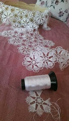 This Pin was discovered by Zek Crochet Leaves, Knitted Flowers, Thread Crochet, Crochet Motif, Irish Crochet, Crochet Doilies, Crochet Stitches, Needle Lace, Bobbin Lace