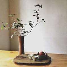 I love the aesthetic of using a rustic wood board for a tea tray! Will use for my tea ceremony Ikebana, Tee Kunst, Asian Tea, Different Types Of Tea, Tea Plant, Tea Culture, Tea Tray, China, Tea Accessories