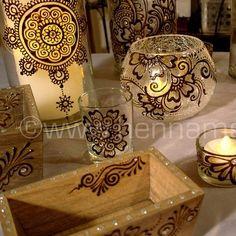 El colorido en este estilo se gana sobre todo a través de accesorios decorativos. Las romas geométricas son una tendencia en este estilo. Los materiales protagonistas es la madera.