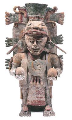 Escultura del Posclásico (1250-1527) que muestra a Quetzalcóatl, la serpiente emplumada, una figura esencial de la iconografía mesoamericana. En sus manos sostiene bolas de incienso de copal.