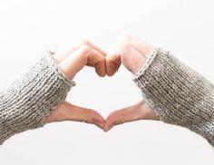 Nopea ja helppo neuletyö. Kämmekkäät lämmittävät talvella niin sisällä kuin ulkona. :)  #kämmekkäät #neulominen #neuleohje #neulottu #fingerlessgloves #fingerless #mittens #knitted #knitting #diy #tutorial Fingerless Gloves, Arm Warmers, Free Pattern, Diy Crafts, Lifestyle, Knitting, Mittens, Fingerless Mitts, Fingerless Mittens