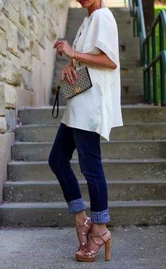 Jean pantolonun topuklu ayakkabı ve farklı renkteki çanta ile uyumu müthiş...