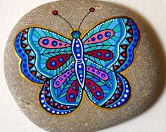 Hand beschilderde stenen Butterfly Strand kiezel met handgeschilderde ontwerpen in acryl © Sehnaz Bac 2017  Ik verf en al mijn originele ontwerpen met de kleine borstels met de hand te tekenen of schilderen pennen met extra fijne punt. Ik gebruik ook verschillende inktkleuren. Geen stencils worden gebruikt. Alle ontwerpen worden gemaakt met mijn verbeelding.  Deze steentjes zijn gevonden op het strand van de Adriatische Zee. Elk werd gekozen voor de vorm, de gladheid en de uniformiteit. Ze…