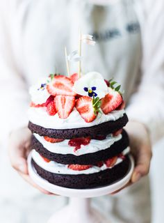 midsummer chocolate cake with whipped coconut cream and strawberries { Sankt Hans chokoladekage } Slow Cooker Desserts, Baking Recipes, Cake Recipes, Dessert Recipes, Nake Cake, Summer Cakes, Pretty Cakes, Let Them Eat Cake, Just Desserts
