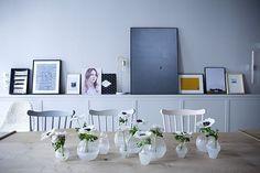jarrones sobre mesa de comedor