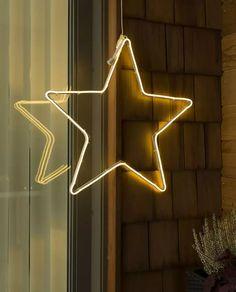Fin LED silhuett fra Konstsmide med ropelight i form av en stjerne festet på metallramme. Den hengende dekorasjonen er 54 cm bred og har 192 varmhvite LED. Heng den på husveggen eller i et vindu og sett stemningen for vinteren!