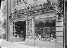 Fotografias da autoria de Mário Novais, 1899-1967, relativas a estabelecimentos comerciais em Lisboa.