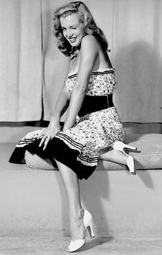 missingmarilyn - Marilyn Monroe photographed by Earl Moran, - Marilyn Monroe Cuadros, Young Marilyn Monroe, Norma Jean Marilyn Monroe, Marilyn Monroe Photos, Earl Moran, Brigitte Bardot, Classic Hollywood, Old Hollywood, Hollywood Stars