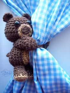 Isn't it this idea of using an amigurumi brilliant? Curtain Hugging Bear – Free Crochet Pattern by Crochet Gratis, Crochet Bear, Crochet Animals, Crochet Dolls, Filet Crochet, Quick Crochet, Cute Crochet, Crochet For Kids, Crochet Lace