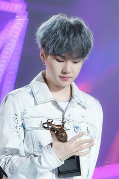 He has a problem with trophies, hahaha Jimin, Min Yoongi Bts, Min Suga, Bts Bangtan Boy, Daegu, Lil Wayne, Foto Bts, Mixtape, K Pop