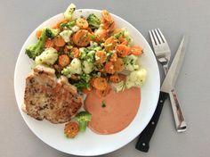 Vepřová kotleta, vařená zelenina s máslem, omáčka z majonézy a rajského protlaku