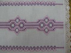Caminho de mesa com bordado em vagonite nas cores lilás e roxo.