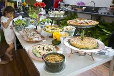 Brunch de casamento na primavera - mesa montada no estilo rústico chic, com peças em cerâmica verde e cobre.