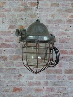 """Suchan is een grote """"bully""""met een gietijzeren behuizing en een dik glazen kap, goed voor 11 kilo lamp. Gelukkig kan dat zelfs aan een gipsplafond hangen."""