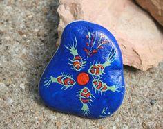 Galet peint à la main motif poissons bleu outremer, orange, menthe