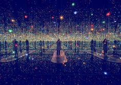 A New York, l'artista giapponese dei colori e dei pois Yayoi Kusama ha recentemente presentato un nuova installazione alla David Zwirner Gallery.