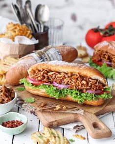 Barbecue pulled jackfruit sandwich made with young jackfruit and homemade barbec… Jackfruit Sandwich, Jackfruit Recipes, Healthy Baby Food, Healthy Menu, Homemade Barbecue Sauce, Barbecue Recipes, Baby Food Recipes, Whole Food Recipes, Cooking Recipes