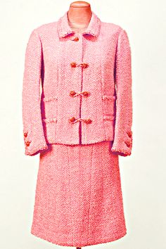 Chanel Suit mid boxy cut jacket skirt nubby pink boucle wool vintage fashion designer couture by reva Vintage Couture, Vintage Chanel, Chanel Pink, Coco Chanel Historia, 1950s Fashion, Vintage Fashion, Women's Fashion, Coco Chanel Fashion, Chanel Style
