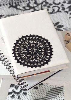 Mit schwarzem Garn gehäkelt, z.B. aus Anchor Aida oder Anchor Freccia, erzielt man mit diesem Häkelmotiv eine ganz besondere Wirkung. In diesem Fall ziert das Häkelmotiv eine weiße Buchhülle. Motivgröße ca. 14 cm ø Anleitung Häkelmotiv für Buchhülle als PDF … weiterlesen Crochet Granny, Crochet Doilies, Knit Crochet, Crochet Stone, Crochet Dreamcatcher, Crochet Decoration, Bookbinding, Knitting Projects, Scrapbooks