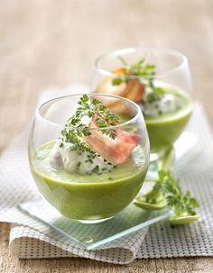 Recette Soupe verte froide Thermomix : Epluchez, lavez et ciselez les salades. Versez le bouillon dans le bol avec la salade, faites cuire 5 minutes à 100° vitesse 1. Ajoutez la moitié du fromage frais et mixez 1 mn vitesse 6 jusqu'à l'obtention d'un velouté fin. Versez dans un saladier e...