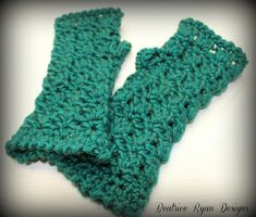 12 Free Crochet Patterns for Fingerless Gloves/Fingerless Mitts/Wrist Warmers by some of my favorite crochet designers.