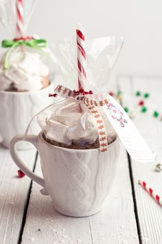 Homemade Gifts: Easy Double Chocolate Vanilla Bean Hot Cocoa Mugs + Marshmallows. I have always wanted to make marshmallows! These mugs look like great gifts too. Noel Christmas, Diy Christmas Gifts, Christmas Treats, Holiday Gifts, Christams Gifts, Easy Gifts, Homemade Gifts, Diy Cadeau Noel, Half Baked Harvest