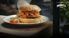 Blomkålburger med gulrotchips fra Døgnvill Veggie Recipes, Food Inspiration, Vegan Vegetarian, Hamburger, Food And Drink, Veggies, Restaurant, Dinner, Ethnic Recipes