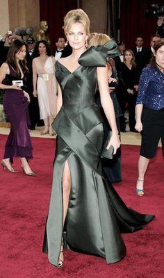 Шарлиз Терон (Charlize Theron), 2006 год:   «Атласный шокер - Шарлиз в винтажном платье от Dior».