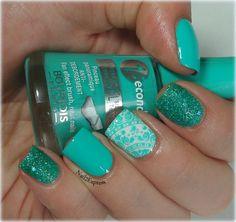 Turquise skittlette manicure