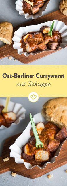 Die Ost Berliner Currywurst ohne Darm liegt in einer fruchtig-scharfen, selbstgemachten Currysauce und wird mit einer ofenwarmen Schrippe gegessen.