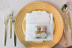 Fashion meets tradition in these gorgeous gold place settings. | Photography: Purple Tree Photography | #fourseasons #Toronto #weddings #fsweddings #placesetting #tablescape #summerwedding #summer