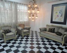 Poltronas e piso xadrez preto e branco