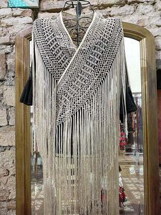 Mantoncillo flamenco-Tira de flecos de seda natural Crochet Wool, Crochet Shawl, Crochet Stitches, Crochet Patterns, Macrame Dress, Macrame Art, Macrame Knots, Psychedelic Decor, Flamenco Costume