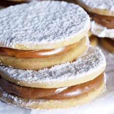 Rich dessert of alfajores of cornstarch for special occasions. The alfajores are a typical Argentine dessert made like a sweet sandwich with a sweet milk filling. You can serve them as dessert or even as a gift. My Recipes, Mexican Food Recipes, Sweet Recipes, Cookie Recipes, Dessert Recipes, Favorite Recipes, Peruvian Desserts, Peruvian Recipes, Argentina Food