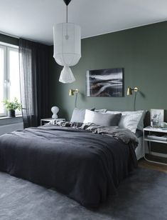 Green wall design: How to use color effectively - DECO HOME - green-wall paint -… Informations About Wandgestaltung Grün: So setzen Sie die Farbe effektvoll ei - Green Bedroom Walls, Dark Green Walls, Green Rooms, Bedroom Black, Bedroom Wall Colour Ideas, Wall Colours, Green Master Bedroom, Green Bedroom Decor, Sage Green Bedroom