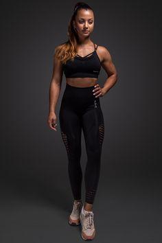 Unsere Leggings bietet perfekten Komfort während dem Sport, ist blickdicht und atmungsaktiv. Dank des nahtlosen Designs lässt sich unsere Leggings wunderbar tragen und hinterlässt keine unangenehmen Druckstellen. #milary #leggings #gym #gymmotivation #fitnessmotivation Black Leggings, Gym Leggings, Fitness Motivation, Yoga, Sporty, Komfort, Designs, Women, Style