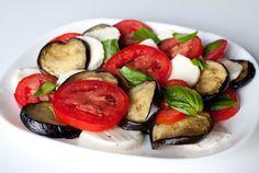 Мне очень нравится салат капрезе - это тот, что из помидоров и моцареллы с бальзамической заправкой. Этот салат очень на него похож. Главное отличие - это запеченные баклажаны в составе. За счет них салат получается более сытным. Баклажаны для салата запекаются в духовке, а поэтому не впитывают в себя лишний жир, как в случае с [...]