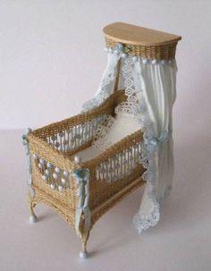 Adorable Detailed Wicker Crib by TheShabbyGardener en ik heb hem gehaakt voor mijn museum uit een antiek catalogus