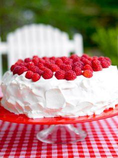 Sommarfika i bersån! Det är ingen riktig sommar utan gräddtårta på JellyBeans läckra tårtfat! Summer cake on red cakeplate from JellyBean Sweden. #jellybeansweden, http://www.jellybean.se/produkter/tartfat/tartfat.html