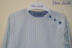 Blusa de estrellas para niño. Con bolsillo frontal, cuello redondo abierto y detalles en los puños