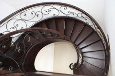 Kręcone schody drewniane zrealizowane w Katowicach. Ciemne drewno w połączeniu z klasycznym wzorem metalowej balustrady dodaje stylu i klasy. Włodarczyk schody.